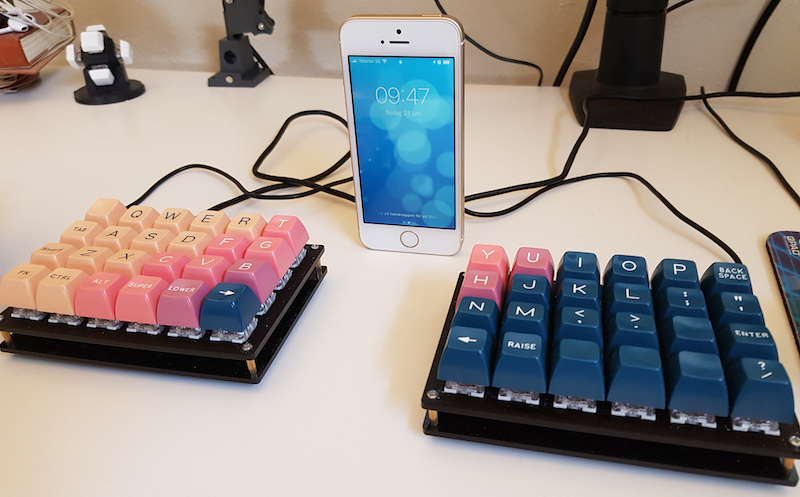 Iphone SE between keyboard halves